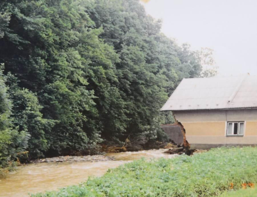 Roh domu strhla voda Brožovým z Lukavce. Neušetřila ani garáž. Té chyběla celá zadní stěna.
