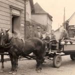 Před dnešním hotelem Zlatý kříž ve Fulneku (cca 50. léta 20. stol.), zdroj: Štěpán Šimečka
